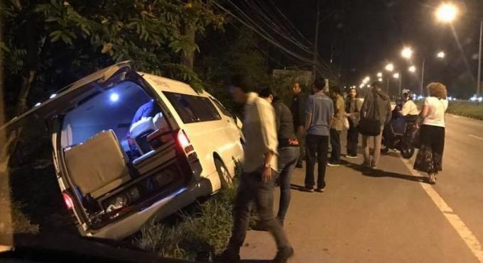 Un van effectuant un visa run vers Penang est sorti de la route lorsque le chauffeur s'est endormi