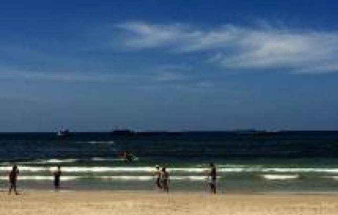 La maire de Patong annonce une possible solution au problème des eaux brunes de la baie de Patong