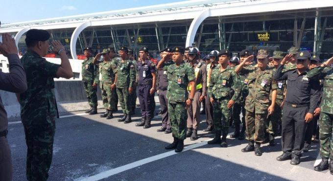L'armée met en garde les taxis et conducteurs de mini van de l'aéroport de Phuket