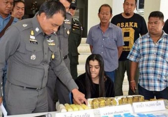 Arrestation d'une femme par la police de Phuket