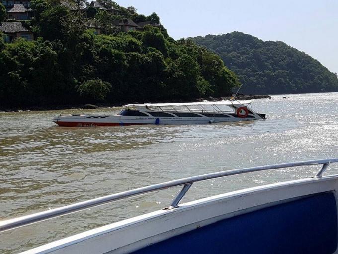 Des touristes repêchés après que leur speedboat ait percuté un bloc d'amarrage et coulé