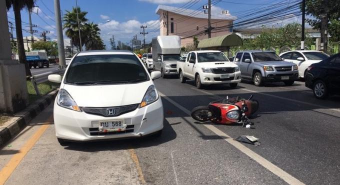 La collision avec deux voitures aura été fatale au conducteur du scooter