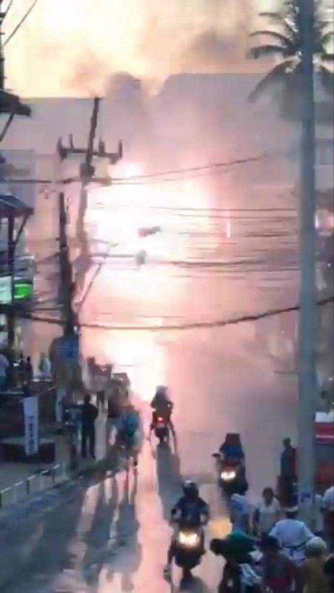 Les touristes fuient devant les câbles électriques enflammés