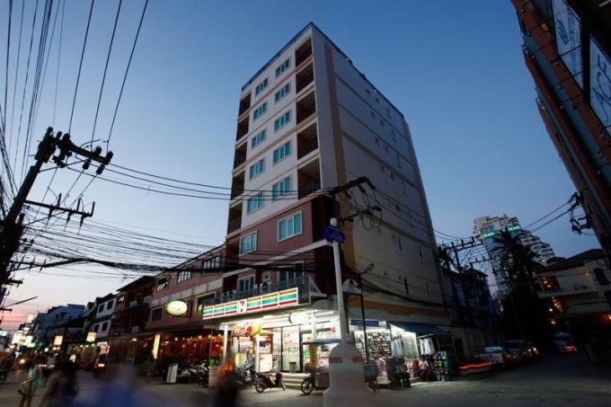 Un touriste allemand tombe du toit de l'hôtel huit étages plus bas