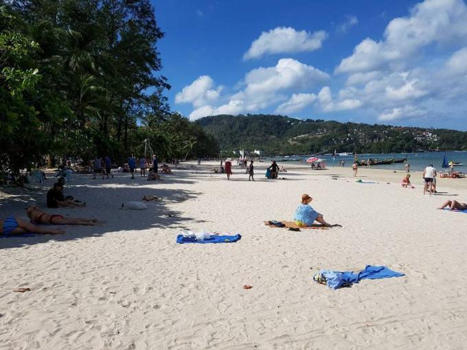 Les chaises longues de retour sur Patong Beach