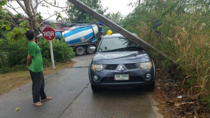 Les habitants de Phuket sans électricité après qu'une bétonnière ait mis à terre les pylône