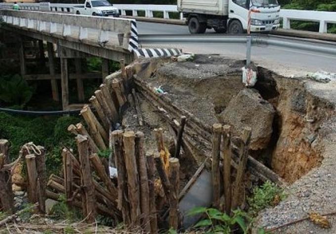 Un glissement de terrain contre un pont de Phuket, non réparé après 5 semaines