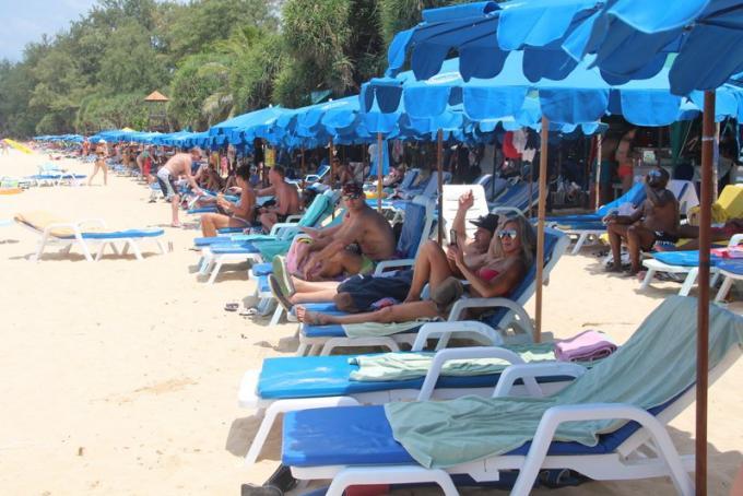 Peu a peu, les plages de Phuket retrouvent leurs chaises longues