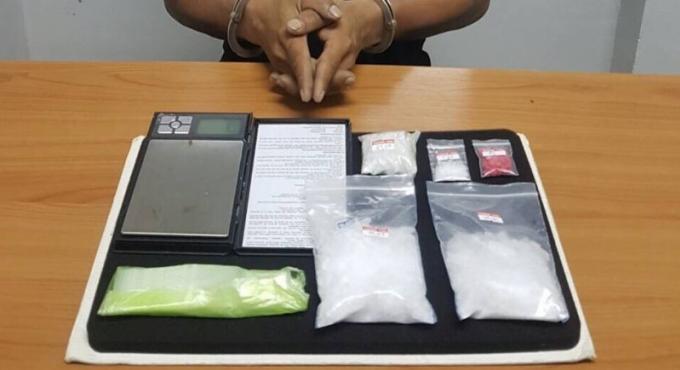 Les stups arrêtent trois personnes pour possession de drogue et armes à feu