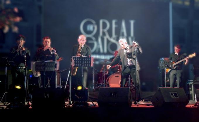 Le groupe international de jazz-swing 'Big to the Future' sur scène à Le Méridien Phuket