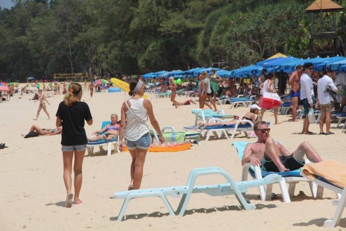 Les touristes peuvent apporter leurs chaises longues et parasols sur les plages