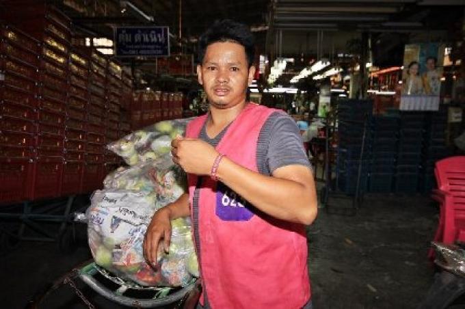 La police commande aux travailleurs migrans à Pahtum Thani de porter un bracelet rouge