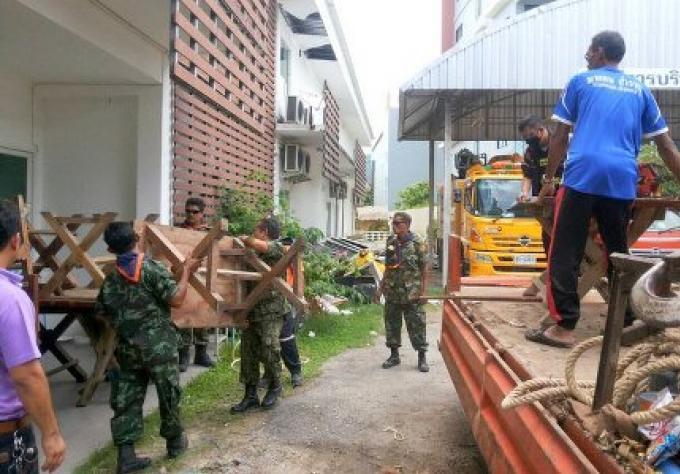 Les fonctionnaires de police saisissent 34 articles sur la plage de Bang Tao