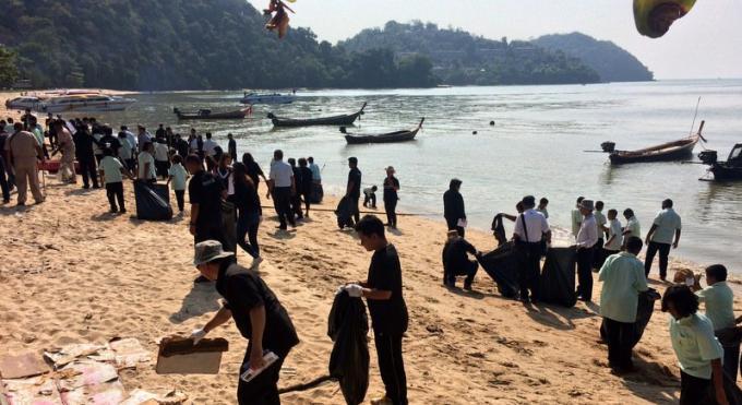 Les sea gypsies se joignent au nettoyage de la plage