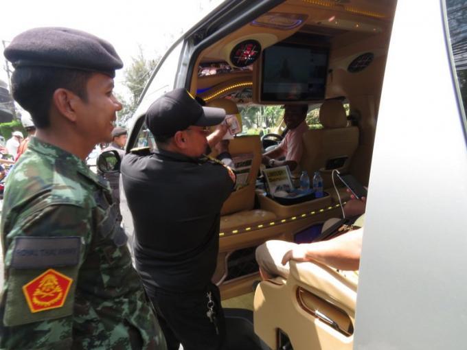 Conduire légalement : L'armée soutient la campagne demandant des permis adéquats aux chauffeurs