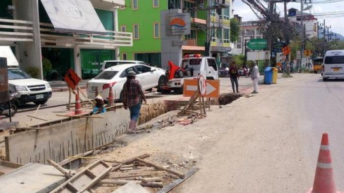 Des touristes chinois tombent dans un drain ouvert à Patong