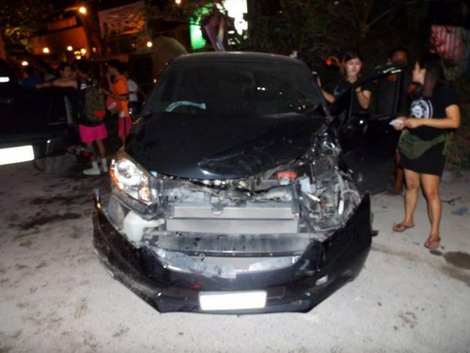 Un pickup hors de contrôle fonce dans quatre véhicules et blesse deux personnes