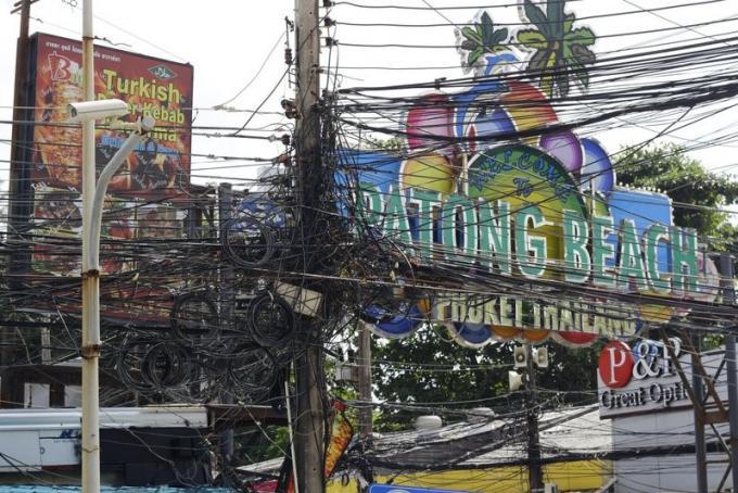 Lancement de la campagne pour débarrasser les rue de Patong de leurs enchevêtrements de câbles