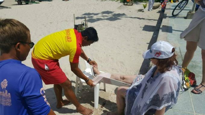 Les sauveteurs lancent une alerte aux fortes vagues sur les plages de Phuket