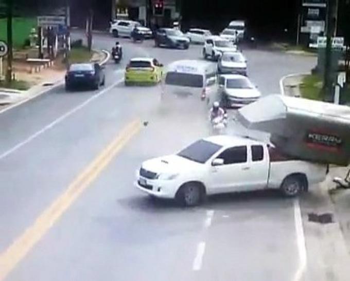 Le chauffeur du van condamné à une amende de 500 baths après le carambolage
