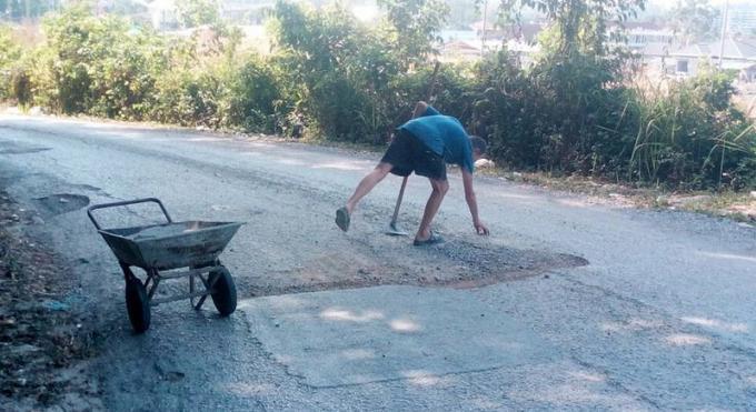 Un expat salué pour avoir réparé une route pleine de nids de poule