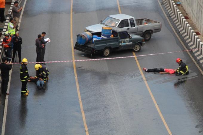 Les premiers secours sur le pont pour l'exercice dans le tunnel
