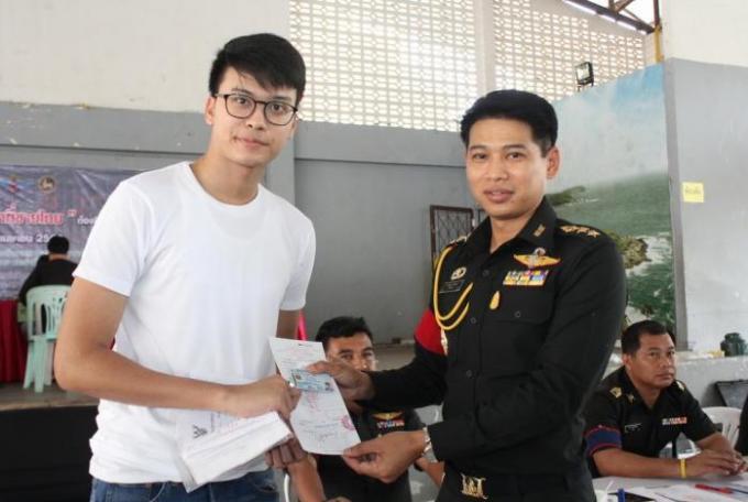 Une célébrité de Phuket veut échapper à l'armée, mais encourage les autres à s'engager