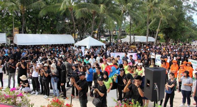 La campagne 'Keep Phuket Clean' attire des milliers de personnes à Patong Beach