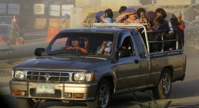 Les passagers à l'arrière des pickups sont 'encore un peu' autorisés, la ceinture n'est p