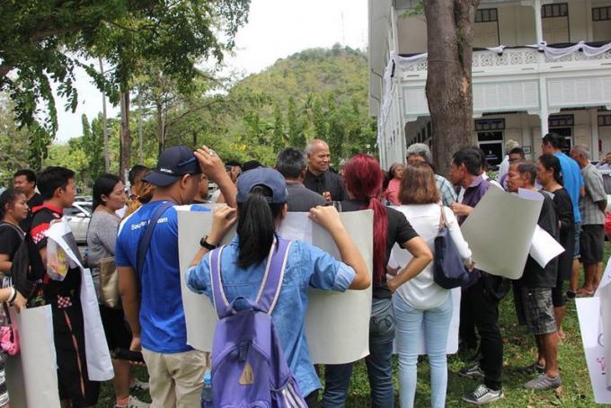 Les vendeurs contestant les démolitions des échoppes de Kamala