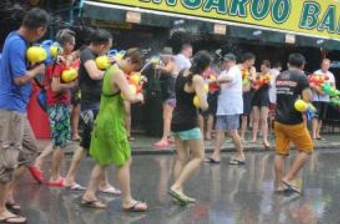 Les festivités de Songkran débarquent à Patong, la police met en garde contre le harcèlement