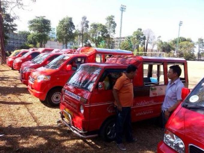Illégale Tuk- Tuk, les conducteurs protestent : ils veulent rejoindre les rangs légaux.
