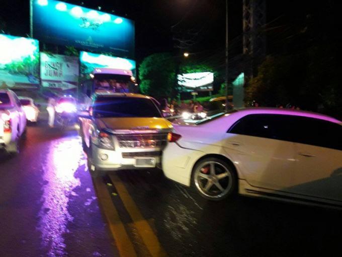 Un car de chinois défonce des voitures dans Patong Hill