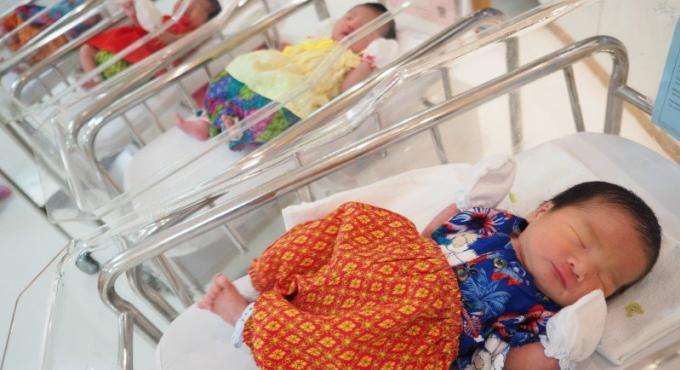 A Phuket, les bébés de Songkran accueillis au monde en habits traditionnels