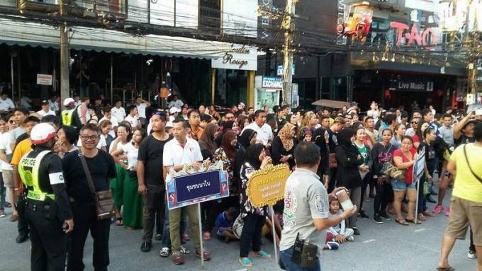 Le gouverneur participe à la campagne de sensibilisation sur le port du casque de la Phuket Bike We