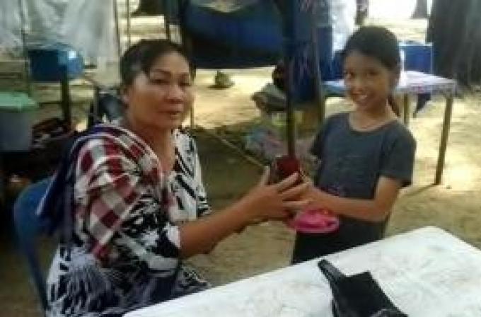 Une jeune fille de Phuket félicitée pour avoir rendu un sac plein d'or et d'argent