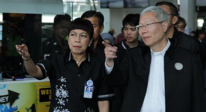 Le chef des transports inspecte l'aéroport et la gare routière de Phuket