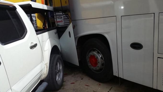 Un car de tourisme mal garé écrase un pickup et défonce la devanture d'un magasin