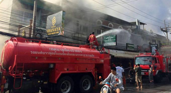 Les pompiers de Phuket interviennent sur un incendie dans un salon de massage à Patong