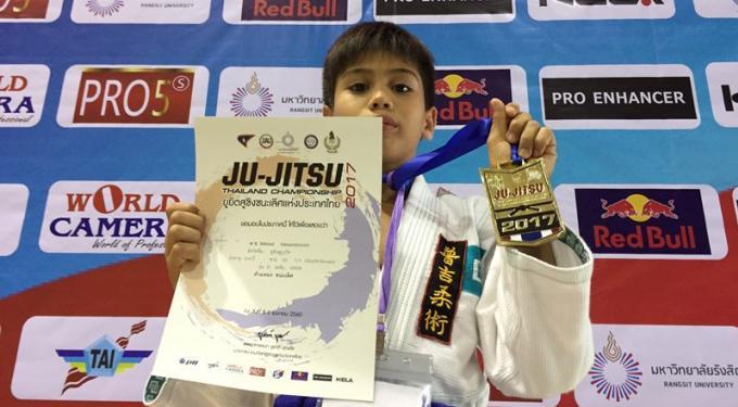 Les garçons de Phuket remportent des médailles de jiu jitsu de tournois à Manille et Bangkok