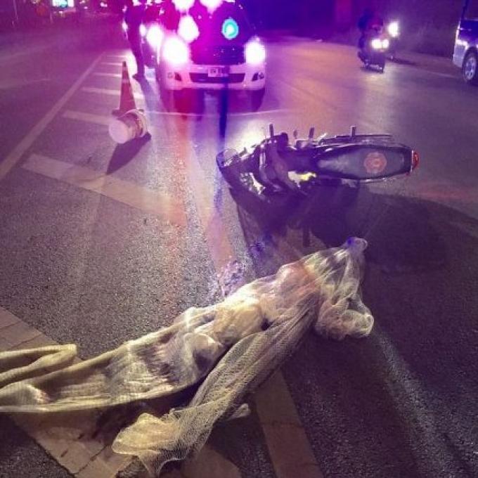 Un homme blessé par une chute en moto, meurt après qu'un pick-up lui roule dessus