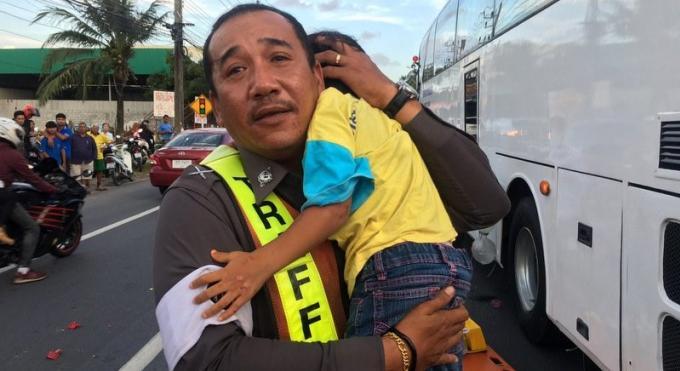 Une femme écrasée sous un car, sa fille de trois ans survie