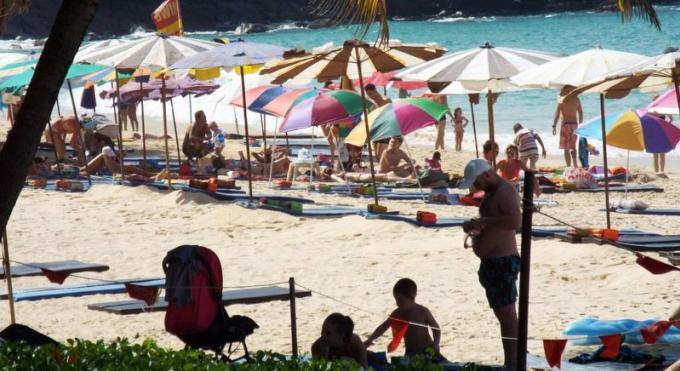 Parasols et chaises longues de nouveau interdits à Surin Beach