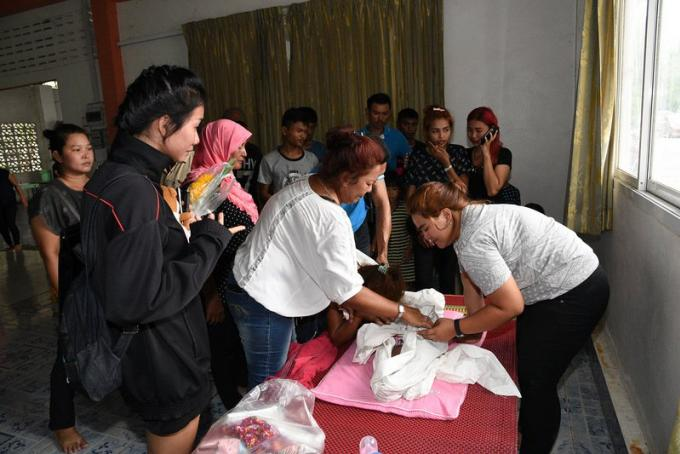 Les travailleurs sociaux offrent leur soutien à la mère de la petite fille pendue