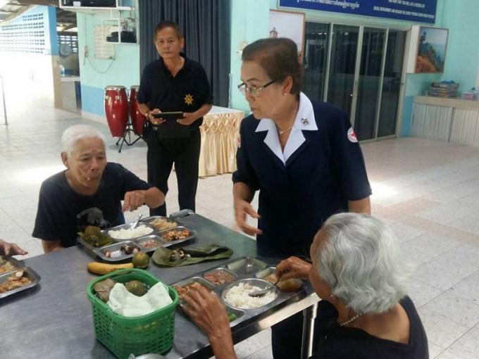 Des personnes âgées de Phuket se voient offrir des repas pour le 124ème anniversaire de la Croix