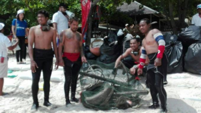 Phuket nettoie des tonnes de déchets de Coral Island