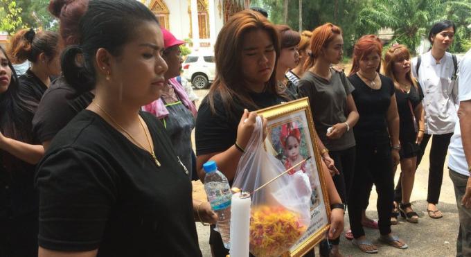 Phuket dit adieu à la petite fille de 11 mois tuée par son père