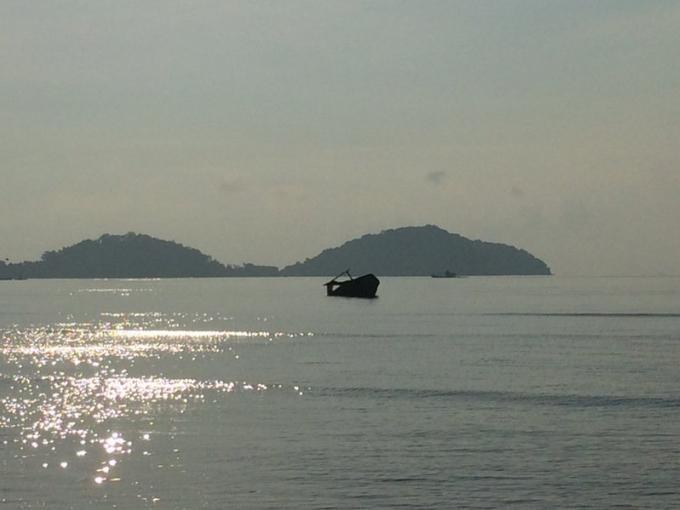 Une femme secourue de la marée montante dans un bateau abandonné
