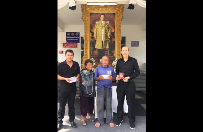 Un couple âgé rend le passeport et de l'argent à un britannique