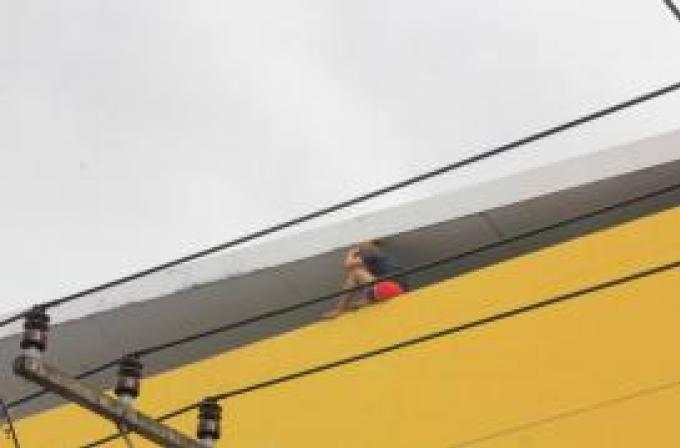 Une jeune femme  au cœur brisé saute du haut d'un bâtiment de Phuket